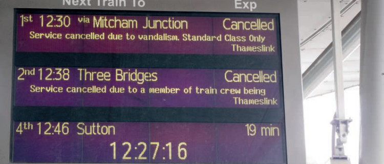 Sur ces trois trains annoncés à Londres (Blackfriars), deux annulations dont une pour « vandalisme » et l'autre pour « maladie »