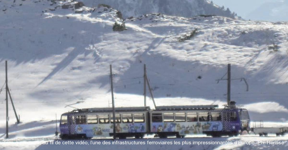 Parmi les lignes de Suisse exploitées par la célèbre compagnie du chemin de fer Montreux-Oberland-Bernois (MOB), celle des Rochers-de-Naye se distingue par une spectaculaire ascension au flanc de la montagne qui surplombe le lac Léman (lac de Genève). Cette ligne de 10,36 km, à voie unique et à l'écartement inhabituel de 800 mm, gravit des déclivités jusqu'à 220 ‰, grâce à une crémaillère de type Abt. Elle s'élève de la gare CFF-MOB de Montreux, à 395 m d'altitude, jusqu'au terminus des Rochersde- Naye, à 1 973 m, en traversant des paysages idylliques. Paradis des marmottes, lesdits Rochers culminent à 2 042 m, et offrent des échappées de vues superbes sur la région du Léman. C'est au poste de conduite d'une automotrice Bhe 4/8 que nous vous invitons à parcourir, au fil de cette vidéo, l'une des infrastructures ferroviaires les plus impressionnantes d'Europe. Ph. Hérissé