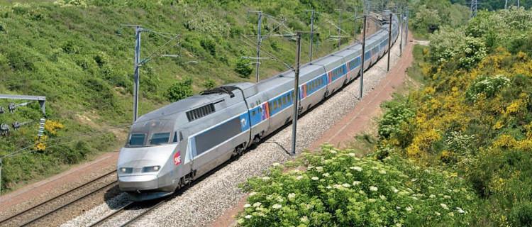 À Briis-sous-Forges, peu après son départ de Paris-Montparnasse, une UM de TGV A file vers Bordeaux (6 mai 2011 ; M. Carémantrant).