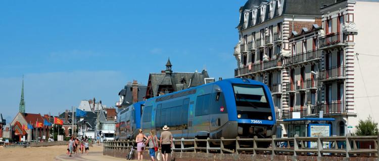 Passage à Houlgate de l'X 73651 Deauville - Cabourg (12 août 2010 ; L. Thomas).