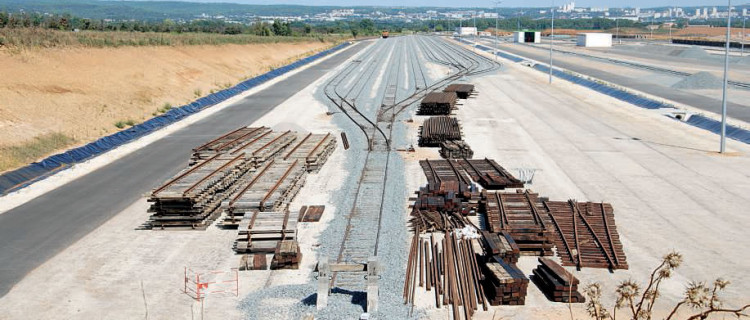 Vue d'ensemble de la base principale OC'Via, où sont stockés les équipements ferroviaires, au fond la ville de Nîmes (17 août 2015). (c) BERNARD COLLARDEY