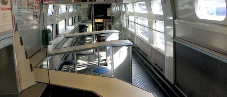 Vue du comptoir de la voiture-bar d'une rame PSE dans sa version d'origine. (c) JULIEN LAUNDRY