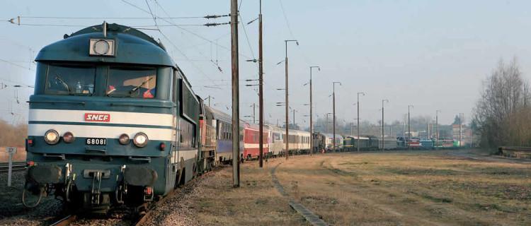 arrêt technique à Liard (Ardennes) l'A1A-A1A 68081 en tête d'un des convois d'acheminement à La Chapelle de matériels historiques en provenance de la cité du Train de Mulhouse (c) G. Pourageaux