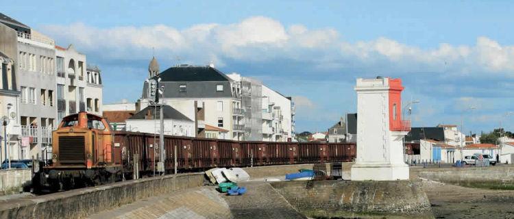Mené par la V 212.614, un train de travaux Colas Rail Sainte-Pazanne - Saint-Gilles-Croix-de-Vie arrive à destination (28 avril 2015). (c) T. Thirobois