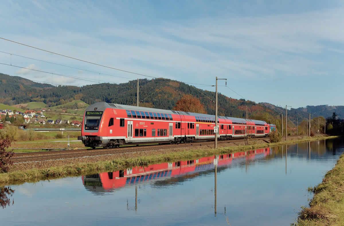 Poussé par une BR 146, un InterRegio Express pour Karlsruhe arrive à Haslach (30 octobre 2012 ; S. Faivre).(b) B. Collardey