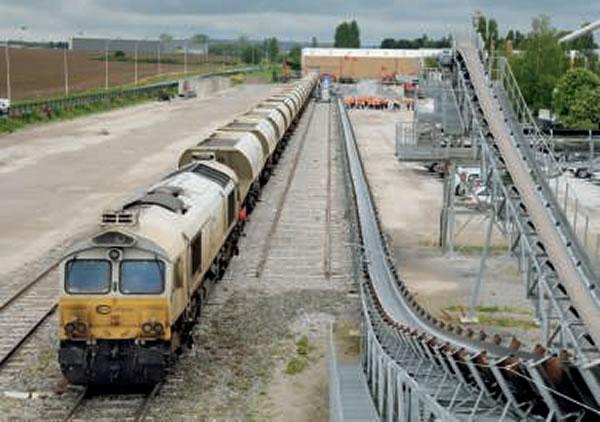 Déchargement d'un train ECR de 22 wagons Nacco, tracté par la Class 77.009, sur le site des Carrières du Boulonnais à Mitry-Mory (12 mai 2016 ; M. Carémantrant).