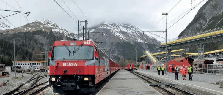 Train Coire - Saint-Moritz en gare de Preda. À l'arrière-plan, les installations requises par le chantier de l'Albula II (mai 2016).