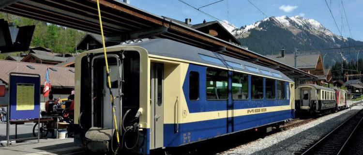 La voiture As 110, de 1976, première de type panoramique du MOB, exposée en gare de Gstaad (20 mai 2016).