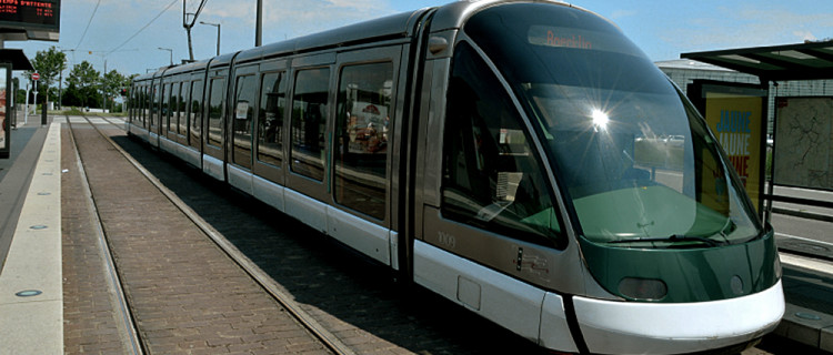 Une rame de la ligne E en direction de Robertsau à la station Parlement- Européen (7 juin 2016).