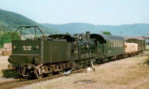 le MV 22372 Bruyères - Rambervillers dessert Brouvelieures et la scierie Georges Baradel et Cie. L'unique voiture est une B7t, surnommée outre-Rhin « Donnerbüchse » (« boîte à tonnerre »), en raison du bruit produit par la caisse métallique sur une ligne de Forêt-Noire faite de nombreux tunnels. La 130 B 467, bien entretenue, est louée aux CFS. Elle est accouplée à un tender à trois essieux de 20 m3 ; seules trois 130 B reçurent un tel tender (G. Rannou, Coll. Y. B.) ;