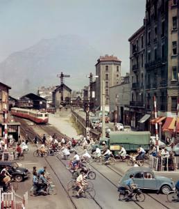 Au coeur de Grenoble. Le passage à niveau du cours Berriat fut supprimé en 1967 lorsque fut reconstruite la gare, à l'occasion des jeux Olympiques d'hiver de 1968.