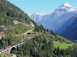 Sur le viaduc de la Meienreuss le 27 septembre 2014, emmené par une locomotive de dernière génération Re 460 des Chemins de fer fédéraux suisses (CFF), un train InterRegio en provenance de Locarno et à destination de Zurich franchit la Meienreuss à Wassen. (J. Tricoire.)