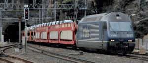 Une locomotive Re 465 (Bo'Bo') du BLS à la sortie côté Italie du tunnel du Simplon (c) Fabien Perissinotto