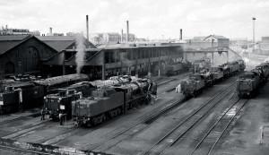 Vue d'ensemble du dépôt. Les cheminées d'usine que l'on distingue sont celles des ateliers de construction de locomotives. Partie intégrante du dépôt, ils ont assuré la production jusqu'au milieu des années 1930. (J.-H. Renaud)