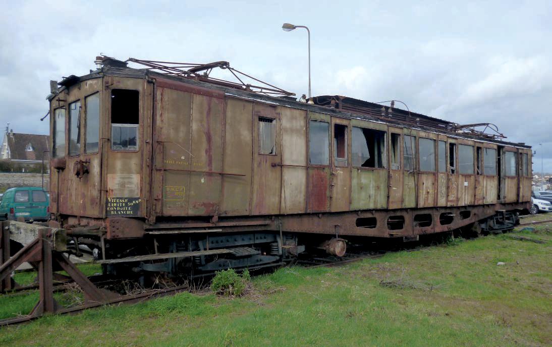 Échouée sur une voie du dépôt de Limoges, l'automotrice est dans un triste état depuis qu'elle a quitté la rotonde de Brive où elle était à l'abri, bien au sec. (c) Marc TOURNEBIZE