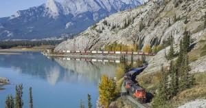 """Jasper National Park. Le 28 septembre 2016, un train de fret de la compagnie """"Canadian National"""", reliant Coquitlam à Edmonton, longe la rivière Athabasca dans le parc national de Jasper."""