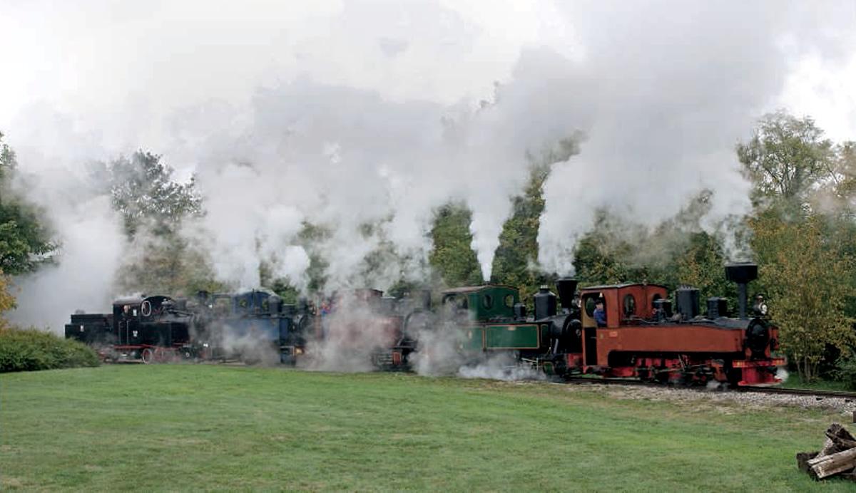 le train des cinq machines à vapeur quitte Bellébat pour Pithiviers.