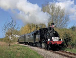 la 130 n° 376 des Chemins de fer norvégiens, appartenant au Kent and East Sussex Railway, arrive à Noyelles avec sa courte rame composée des deux voitures historiques de l'AAATV Centre-Val de Loire (17 avril 2016 ; C. Masse).