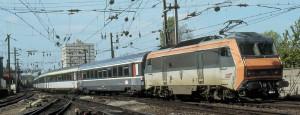 Une BB 26000 emmenant un CIC Lyon - Strasbourg entre en gare de Mulhouse-Ville (22 août 2005). (c) Bernard Collardey