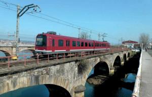 À Hendaye, la rame n° 313 ex- « Eusko Pullman », assurant le semi-direct Bilbao - Hendaye, sur le pont international, relation supprimée depuis janvier 2013 (11 mars 2012). (c) Bernard Vieu