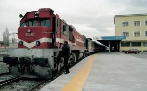 À Kars, le conducteur quitte sa locomotive (une DE 22000 construite localement sous licence GM) à l'heure. Ce train a vaillamment traversé la moitié de la Turquie… En près de 24 heures !  (c) BRUNO MEIGNIEN