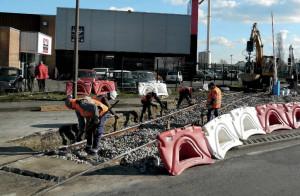 Le PN 2, dont la partie sud est en cours de réfection en rails UIC 50 sur traverses béton, avec en fond les deux pelles rail-route (8 mars 2016). (c) B. Vieu