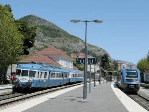 Pendant la longue pause à Veynes, croisement d'un TER en provenance de Briançon et à destination de Grenoble (15 mai 2016 ; F. Droisy).
