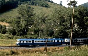 Un X 2800 engagé sur un omnibus Clermont-Ferrand - Saint-Étienne dans le Forez aux environs de Noirétable (mai 1982). (c) B.C