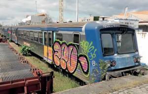 À Toulouse- Raynal, la RRR quadricaisse n° 8, rénovée en novembre 2007 par le technicentre de Saintes, retirée du service et garée sur voie en attendant d'aller à la casse (2 juin 2016 ; B. Vieu).