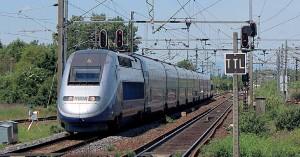 Un TGV Duplex s'apprête à brûler à faible vitesse la gare de Saint-Louis (21 mai 2017).
