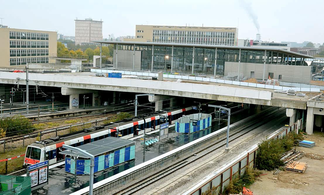 La nouvelle gare est posée sur un viaduc au-dessus des voies qui ouvre de nouvelles circulations routières (16 octobre 2015). (c) PHILIPPE-ENRICO ATTAL