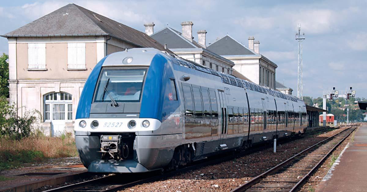 Un AGC 82500 Poitou-Charentes au départ de Saintes pour Royan (20 sept. 2009 ; B. Collardey).