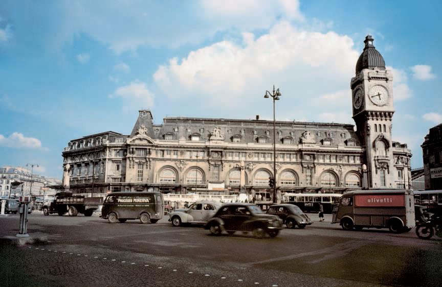 parvis de la gare de Lyon 03 Peugeot, 4 cv Renault et Traction Citroën