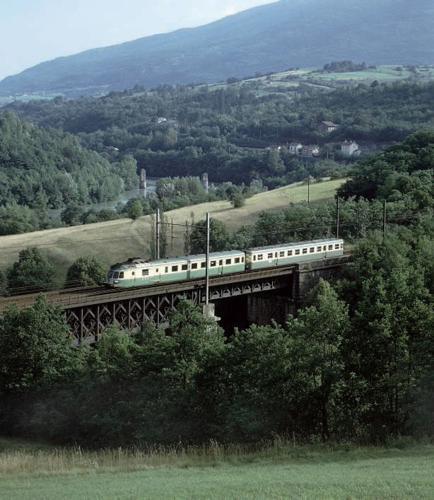 Au pont de Pyrimont près de Bellegarde, une RGP1 assure l'express 5655 Lyon-Perrache - Genève-Cornavin durant l'été 1973, avec un seul arrêt, celui de Bellegarde.