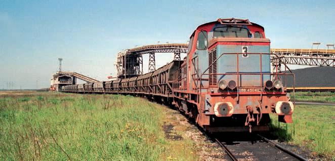 le PAD (Port autonome de Dunkerque) est doté d'un terminal minéralier à Gravelines (Nord). Les rames de wagons sont chargées en minerai avec des 040 DE de CFTA/Veolia/Europorte. La BB 4504 est l'ex-HBNPC n° 33 du groupe de Valenciennes. (© PKET)