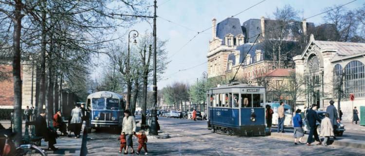 Versailles, seconde moitié des années 50. Les bus, qui remplacent progressivement les tramways, arborent les mêmes coloris (bleu et gris) quelque peu datés