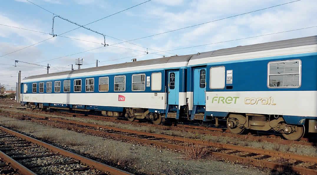 Au triage de Saint-Jory, deux voitures commutables 1re/2de classe AcBc avec le logo Fret Corail (9 janvier 2016). (c) B. Vieu